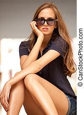retrato, mulher, ao ar livre, óculos de sol