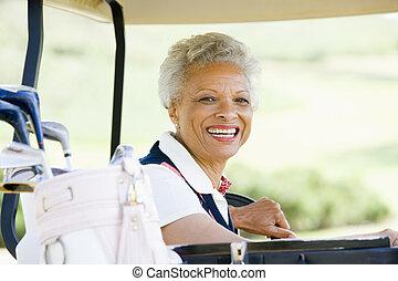 retrato, mulher, carro golf, sentando