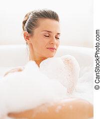 retrato, mulher, deitando, jovem, banheira