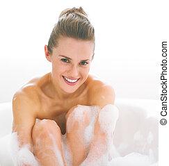 retrato, mulher feliz, jovem, banheira
