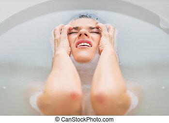 retrato, mulher, frustrado, jovem, banheira