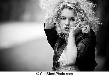 retrato, mulher, jovem, ao ar livre