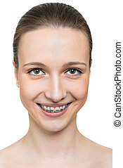 retrato, mulher jovem, com, suportes, ligado, dentes