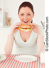 retrato, mulher, jovem, sanduíche, tendo