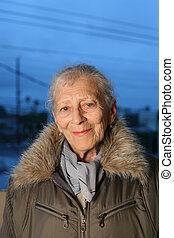 retrato, mulher sênior, inverno