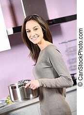 retrato, mulher sorridente, cozinhar, jovem