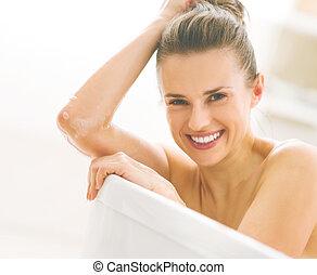 retrato, mulher sorridente, jovem, banheira