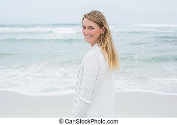 retrato, mulher sorridente, praia, casual