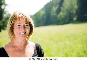 retrato, mulher sorridente, sênior