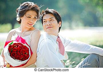 retrato noiva, e, noivo, fazer, contato olho, com, rosa, buquet