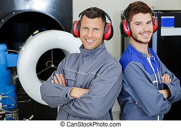retrato, orejeras, llevando, dos, ingenieros