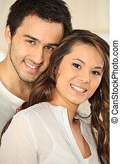 retrato, par, jovem, sorrindo