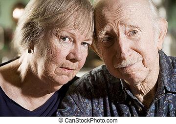 retrato, pareja mayor, preocupado