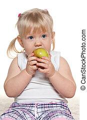 retrato, pequeno, comendo maçã, menina