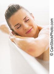 retrato, relaxado, mulher, jovem, banheira