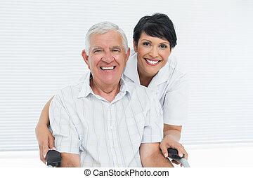 retrato sênior, cadeira rodas, paciente enfermeira, sentando