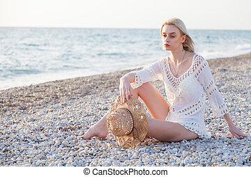 retrato, sentando, praia, vestido, chapéu, mar, mulher