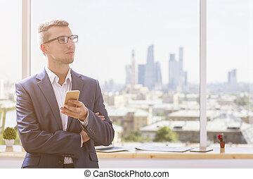 retrato, smartphone, hombre de negocios