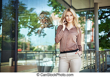 retrato, smartphone, mulher segura, loura