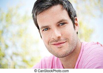 retrato, sonriente, guapo, hombre