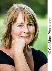 retrato, sorrindo, ao ar livre, mulher madura