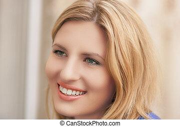 retrato, sorrindo, jovem, loura, agradável