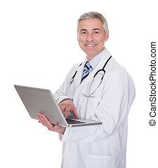 retrato, usando computador portátil, doutor masculino