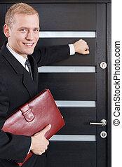 retrato, vendedor, puerta puerta