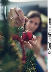 retro , φίλτρο , εικόνα , από , ένα , νέα γυναίκα , βάζω , κόκκινο , γιορτή , μπιχλιμπίδι , επάνω , χριστουγεννιάτικο δέντρο