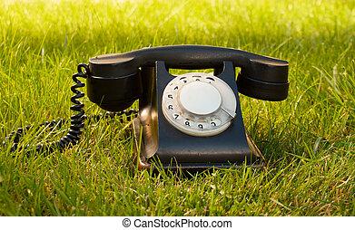 retro, denominado, telefone giratório, ligado, capim