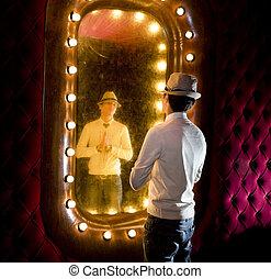 retro, hombre, miradas, en, espejo