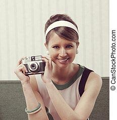 retro, kobieta, z, staromodny aparat fotograficzny