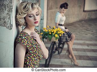 retro mód, fénykép, közül, két, fiatal, szépségek