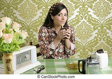 retro, mujer, bebida, café, en, papel pintado, cocina