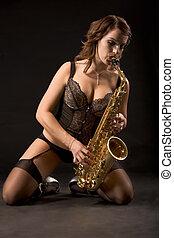 retro, mulher, saxophonist, em, langerie, ligado, dela, joelhos