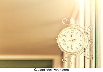 retro, orologio, appendere, su, parete, con, luce giorno