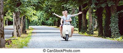 retro, par, scooter, jovem