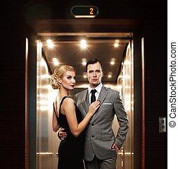 retro, pareja, posición, contra, elevator.