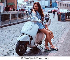 retro, rua., vestido, branca, marrom, longo, trendy, scooter, mulher, roupas, cabelo, italiano, posar, bonito