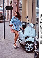 retro, rua., vestido, branca, sorrindo, marrom, italiano, trendy, scooter, mulher, roupas, cabelo, longo, posar, bonito