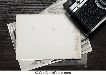 retro, still kamera, och, någon, gammal, foto, på, trä tabell