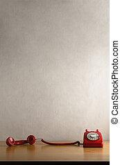 retro, téléphone rouge, à, récepteur, fermé, crochet, et, traîner, travers, bureau