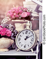 retro, vendimia, despertador, con, flores, en, fondo rosa