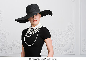 Retro Woman Portrait. Vintage Style Girl Wearing Old fashioned Hat, Hairstyle and Make-up