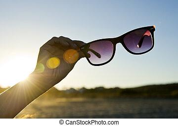 Retroilluminato, occhiali da sole, mano