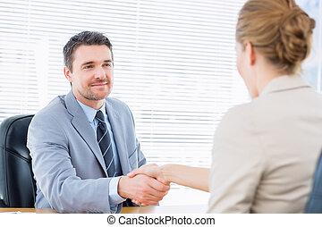 reunião negócio, após, mãos sacudindo, executivos