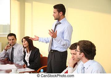 reunión de la corporación mercantil informal, -, hombre, jefe, discurso