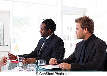 reunión, hombres de negocios, sentado