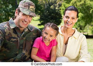 reunido, guapo, soldado, familia