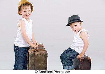 reusachtig, het poseren, broers, twee, koffer